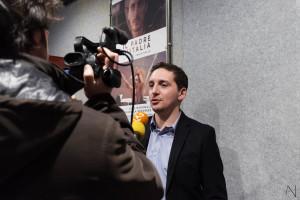 Fabio Mollo intervistato dalle tv prima della proiezione (foto Antonella Nicolò)