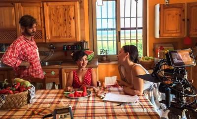 Foto dal set del film Io la Sedia me la porto da Casa. Da destra l'attore Gianni Alvino, l'attrice Ornella Lorenzano e la regista Aurora Deiana